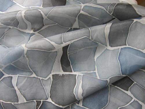 Läpi harmaan kiven, käsin maalattu silkkihuivi